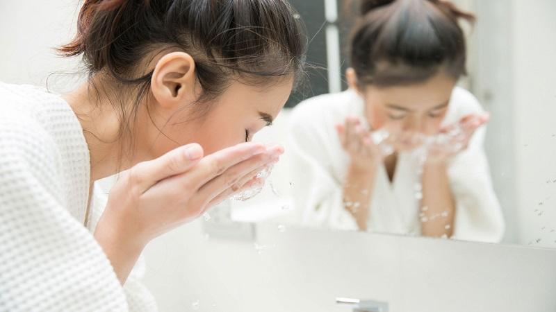 Nước làm đẹp với pH 6.0 có tính axit nhẹ gần giống vòi môi trường da mặt