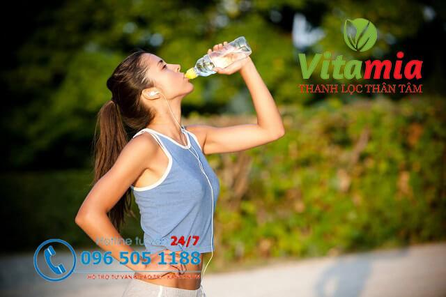 Nước điện giải giúp bù đắp khoáng chất và các chất điện giải để cung cấp năng lượng cho cơ thể