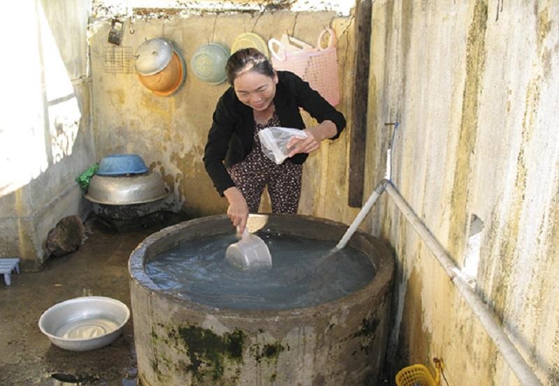 Người dân tại vùng lũ lụt xử lý nước bằng phèn chua