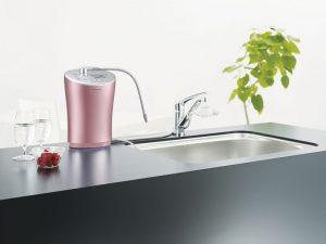 Nước ion kiềm nhiều mức độ được sản sinh từ một chiếc máy nhỏ gọn