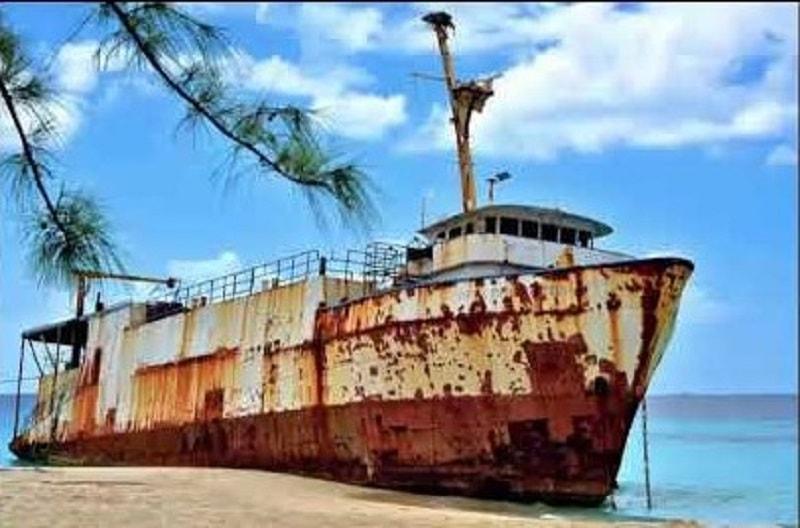 Vỏ tàu làm bằng kim loại bị oxy hóa gây nên gỉ sét